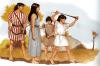 Familia de honderos de Baleares. Las madres ponían el pan encima de un palo y no lo podían comerlo hasta que no atinaban, el padre viste a rayas según influencia púnica. Autor Carlos Fernández del Castillo